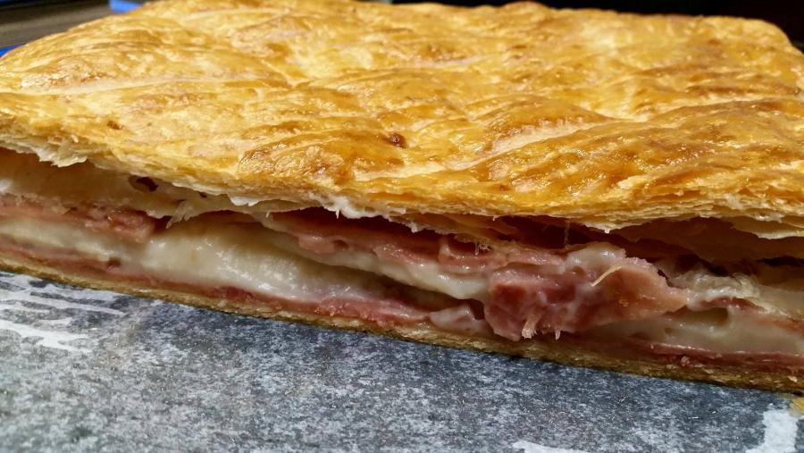 Empanada de bacon con queso e higos